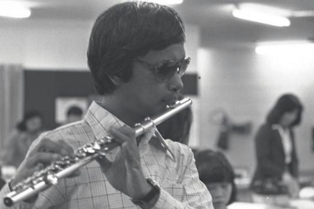 """"""" Saya gembira dengan apa yang saya lakukan dan akan terus melakukannya kerana ini usaha gigih saya, bukan meminta-minta."""" - Encik Mashruddin Shahruddin. Gambar failnya di kiri dipetik ketika beliau berusia 25 tahun."""