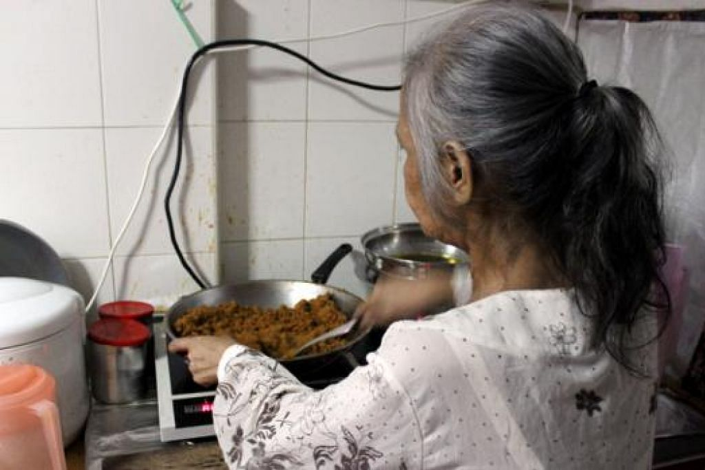 DEMI CUCU: Sebelum beliau jatuh sakit, Cik Latifah pernah berniaga kecil-kecilan membuat kuih dan memasak pelbagai lauk. Beliau bersyukur menerima bantuan zakat sejak tidak mampu bekerja dan menggunakan duit lebihan untuk membeli makanan serta memasak untuk anak dan cucu yang tinggal bersama di flat sewa sebiliknya. - Foto MUIS