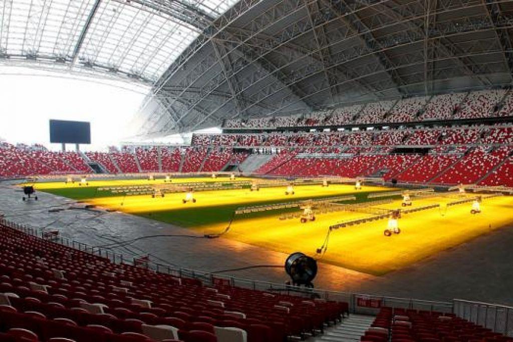 DIRUNDUNG MASALAH RUMPUT: Syarikat penggendali Stadium Negara membelanjakan lagi $1.5 juta bagi membeli peralatan pencahayaan tambahan demi merangsang pertumbuhan rumput tetapi keadaan padang tetap jauh daripada memuaska. - Foto fail