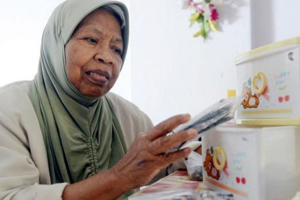 LEBIH TERSUSUN: Cik Zainab pernah alami masalah pemakanan ubat tapi kini ubat-ubatnya lebih tersusun hasil daripada program 'Neighbours for Active Living'. - Foto JOHARI RAHMAT