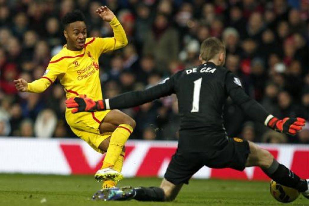 KECUNDANG: Perlawanan menentang Manchester United di Old Trafford Ahad lalu. Liverpool kecundang 0-3 walaupun banyak mencipta peluang gol. Yang paling mengecewakan ialah penyerang Raheem Sterling. – Foto fail