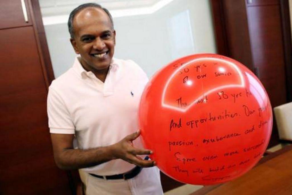 SAMA-SAMA MENGONGSI HARAPAN: Encik K Shanmugam turut menulis harapannya untuk Singapura di bebola merah yang juga dikenali sebagai sfera ucapan. - Foto FACEBOOK