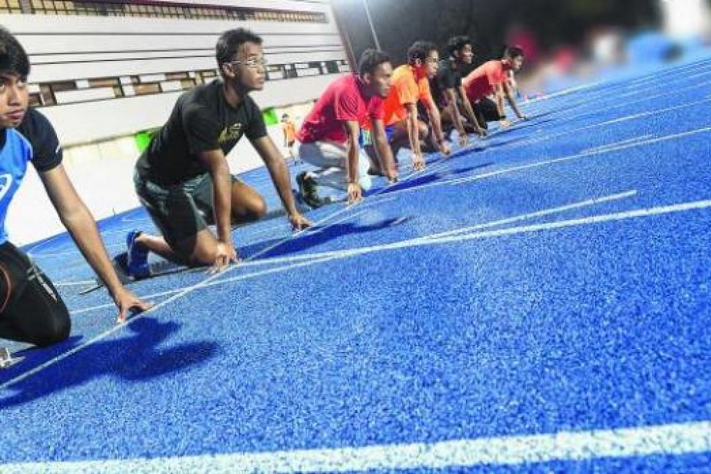 BERSIAP DILEPASKAN: (Dari kiri) Muhammad Naqib Asmin, Khairyll Amri, Afiqul Adib Zulhili, Ang Weisi dan Kishen Ragupaty bersiap mengambil alih tempat Muhammad Amirudin Jamal (kanan) dan rakan-rakan senior lain dalam pasukan pecut Team Singapore pada masa depan. - Foto TAUFIK A KADER