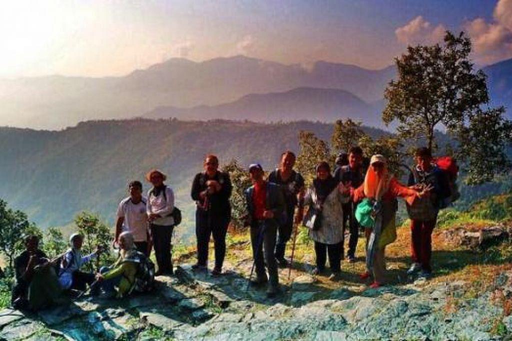 BEREHAT: Dalam perjalanan turun dari ketinggian Sarangkot ke Pokhara. Rombongan penulis berhenti rehat untuk menikmati keindahan alam sekeliling. - Foto-foto MARIATI YAHYA