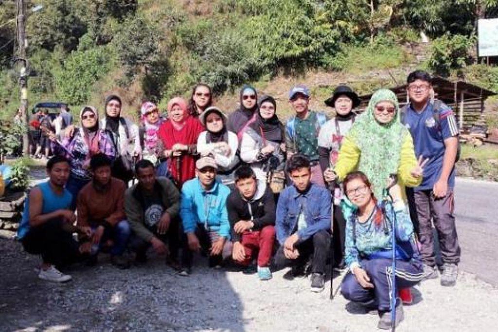GAMBAR KENANGAN DI ANNAPURNA BASE CAMP: Bergambar bersama sherpa-sherpa sebelum memulakan treking. Berdiri paling kiri barisan belakang ialah penulis.