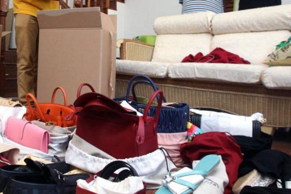 TIDAK BAYAR GST: Pihak kastam merampas beg dan kasut berjenama yang dipercayai tidak dibayar GST di sebuah rumah di Bukit Timah kelmarin. - Foto ZAOBAO