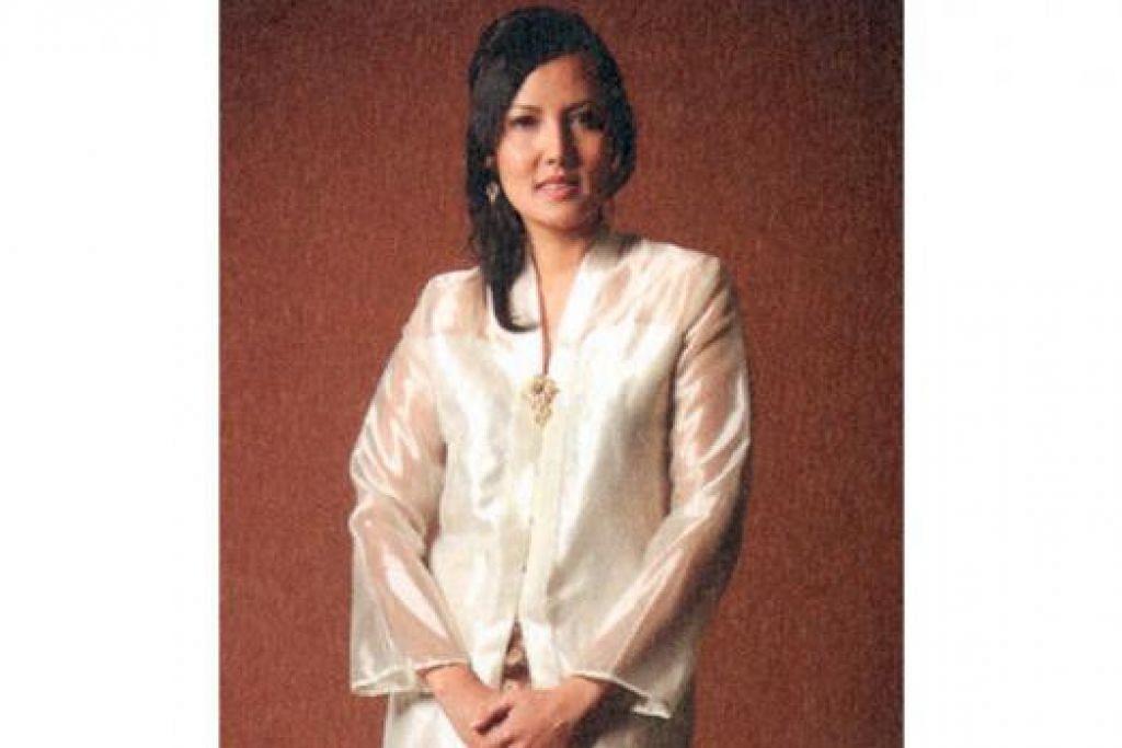 ANGGUN: Penulis, Cik Hidayah Amin, dengan baju kebaya satin yang pernah digayakannya semasa menghadiri majlis konvokesyennya di Amerika Syarikat. Beliau menulis di dalam bukunya betapa beliau berasa bangga memperagakan baju tradisional Melayunya itu dalam majlis sedemikian.