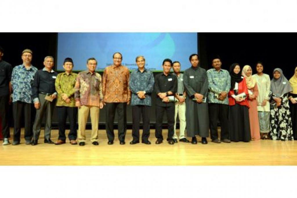 CEMERLANG DALAM PELAJARAN: Haji Suhaimi Salleh (lima dari kiri) bersama Encik S. Iswaran (enam dari kiri) bergambar bersama penerima dan ibu bapa penerima biasiswa berprestij dan biasiswa merit LBKM semasa Majlis Penyampaian Dermasiswa dan Biasiswa LBKM di Pusat Konvensyen Politeknik Singapura bulan lalu. - Foto ihsan LBKM
