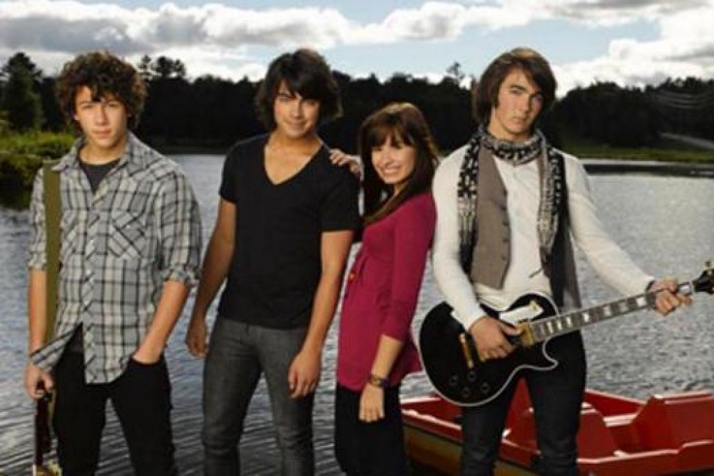 SEMASA MUDA: (Dari kiri) Nick Jonas, Joe Jonas, Demi Lovato dan Kevin Jonas semasa tampil dalam Camp Rock. - Foto MEDIACORP
