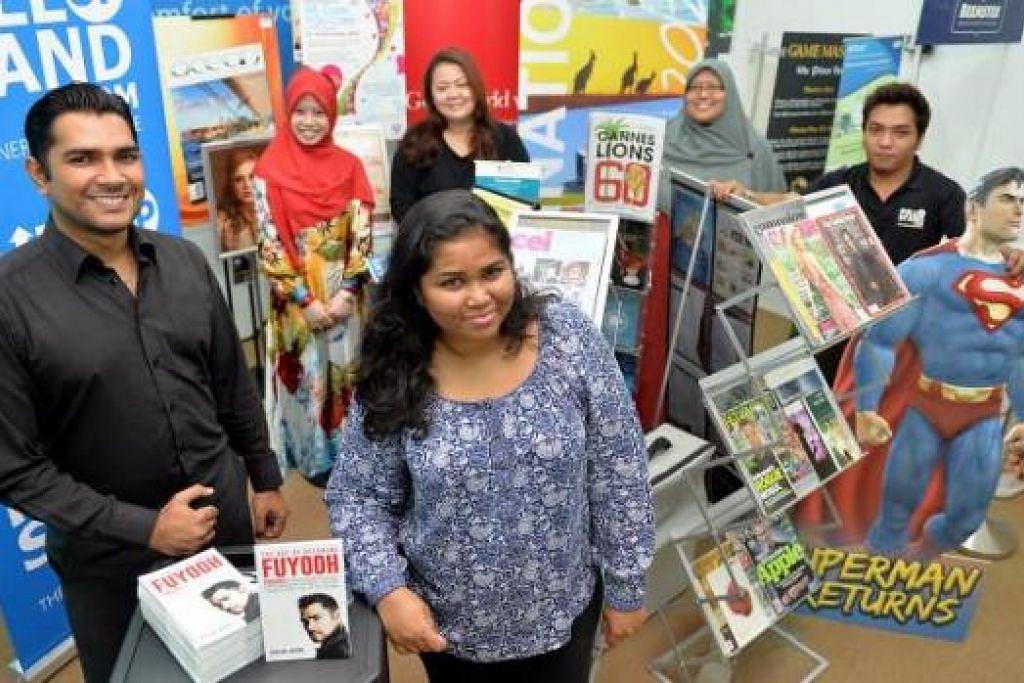 TEMBUSI KUALA LUMPUR: Encik Ridjal (kiri) dijangka menyerahkan tugas memimpin perniagaannya di Singapura kepada adiknya, Cik Qistina (paling depan) dan pasukan pekerjanya apabila beliau mendahului usaha meluaskan perniagaannya di Kuala Lumpur tahun depan. - Foto M.O. SALLEH