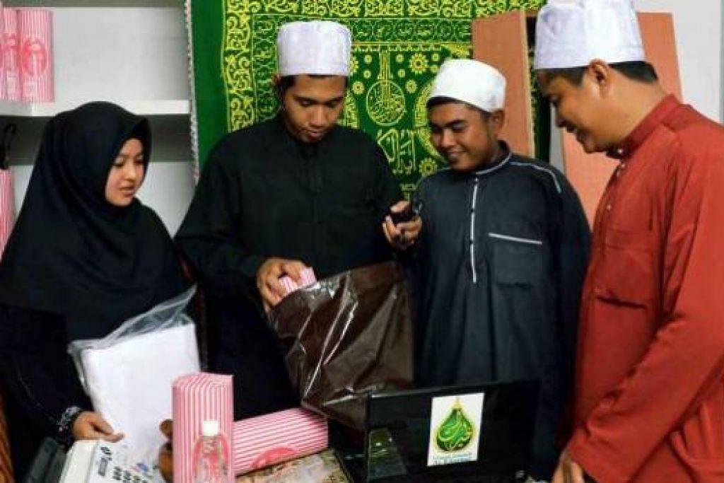SYARIKAT BARU: Urusan Jenazah Al-Khayrat yang dikendalikan sepasang suami isteri, Encik Khairul Khalif (dua dari kiri) dan Ustazah Nur Azizah (kiri), mula beroperasi pada Ogos tahun lepas.