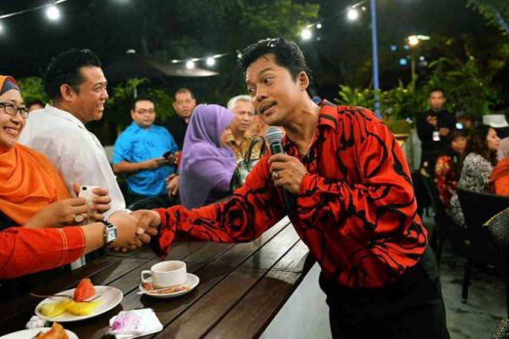 MASIH SEPERTI DULU: Nassier Wahab meluangkan masa bertemu dengan peminat-peminatnya di Agrobazaar Malaysia. - Foto KHALID BABA