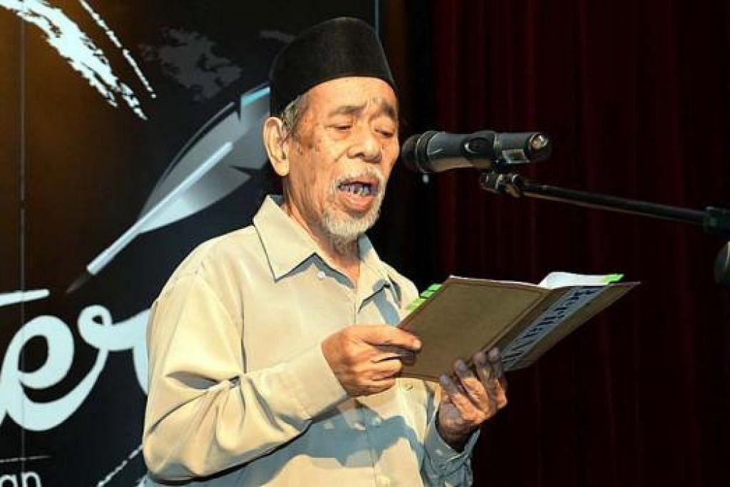 BERTENAGA: Encik Suratman Markasan membuat persembahan dengan membawakan sajak berjudul 'Puisi Perang', 'Puisi Damai' dan 'Seorang Guru Mencari Kota Raja' di 'Malam Sastera Berita Harian' pada Jun lalu. - Foto fail.