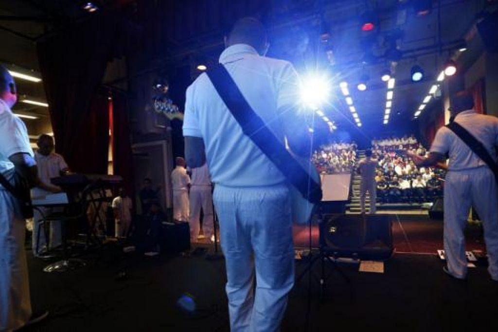 PAPAR BAKAT: Banduan di Penjara Changi menyanyikan lagu yang mereka gubah sendiri di hadapan ahli keluarga dan pengadil dalam 'Pertandingan Menggubah Lagu Reben Kuning' baru-baru ini. - Foto THE STRAITS TIMES