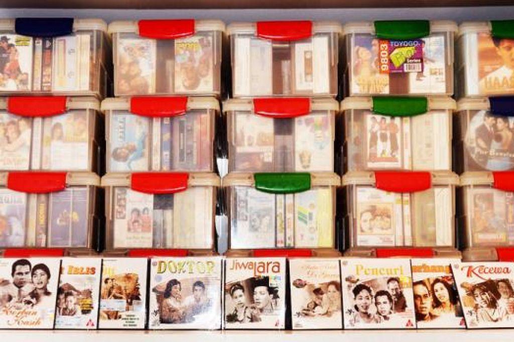 ANTARA YANG DIKUMPUL: Selain lagu dan filem Hindustan terdapat juga lagu serta filem lama Melayu yang disimpan Encik Abdul Rahim.