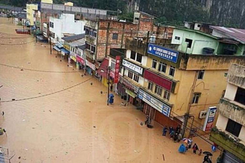 TURUT DITENGGELAMI AIR: Bandar Lama Gua Musang digenangi air akibat hujan lebat sejak semalam. - Foto UTUSAN MALAYSIA