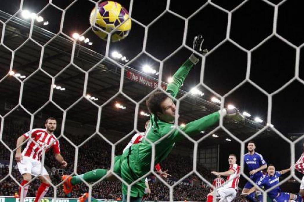 PERMULAAN HEBAT: John Terry (dua dari kanan) menjaringkan gol pertama Chelsea seawal minit kedua perlawanan di Stadium Britannia semalam. Gol awal itu membenarkan Chelsea menguasai perlawanan dan menewaskan Stoke City yang bermain dengan agresif. - Foto REUTERS