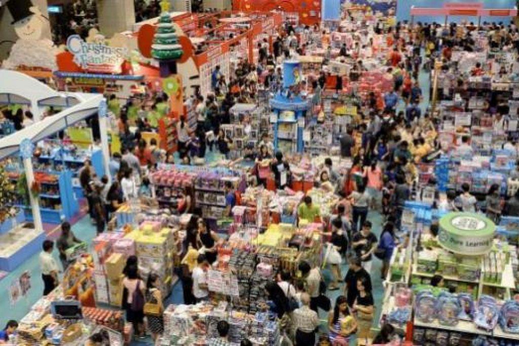 BERBELANJA PADA MINIT TERAKHIR: Masih ramai dilihat membanjiri pusat beli-belah Ngee Ann City untuk membuat persiapan bagi sambutan Hari Natal dan juga memanfaatkan harga istimewa yang ditawarkan. - Foto-foto JOHARI RAHMAT