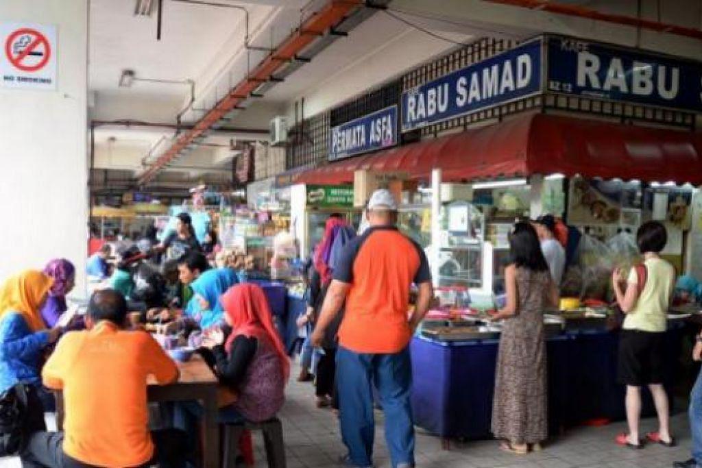 MENJAMU SELERA: Gambar atas menunjukkan pengunjung Pasar Larkin Sentral singgah di pusat makanan selepas berbelanja atau sementara menunggu bas yang bakal membawa mereka ke destinasi lain.