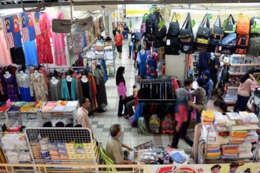 POPULAR DALAM KALANGAN WARGA SINGAPURA: Beberapa peniaga berkata kenaikan kadar tol di kedua-dua belah Koswe tidak menjejas perniagaan di Pasar Larkin Sentral. Malah perniagaan bertambah rancak ekoran kejatuhan nilai ringgit Malaysia berbanding dolar Singapura baru-baru ini.