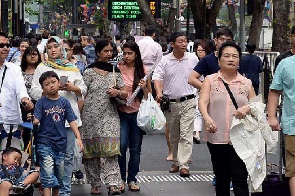 LAUTAN MANUSIA: Kawasan beli-belah Orchard Road menjadi tumpuan orang ramai untuk berbelanja. – Foto JOHARI RAHMAT