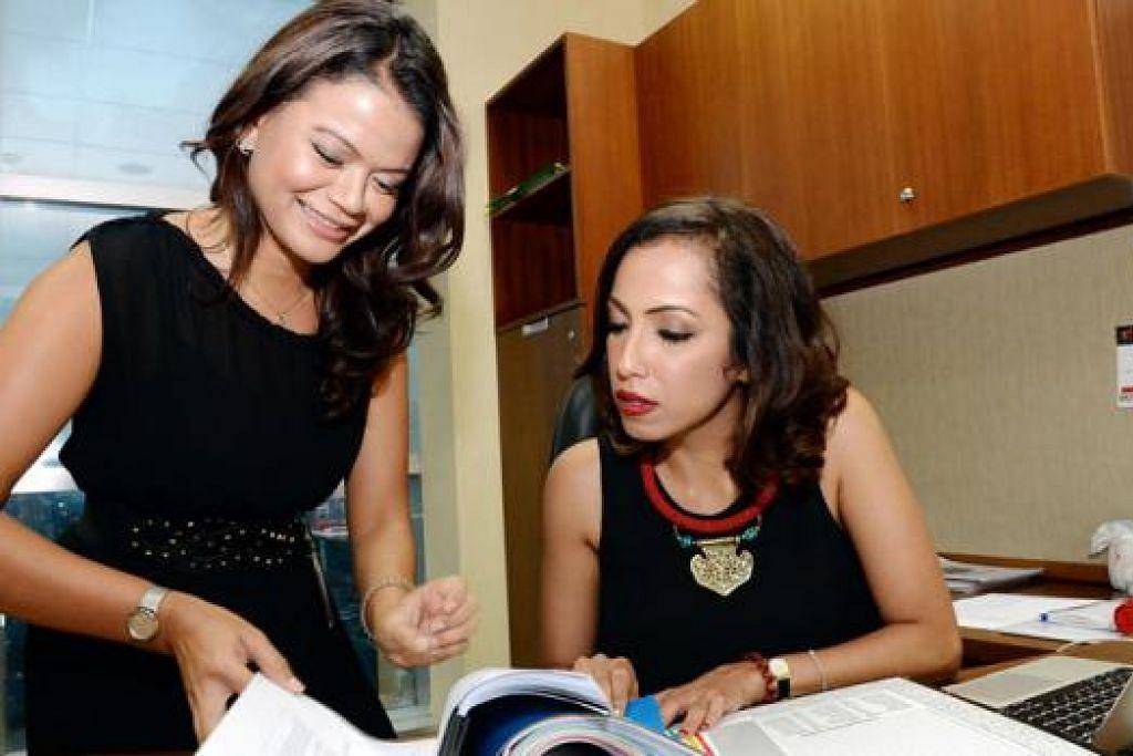 TUGAS DI JAKARTA: Dua warga Singapura, Cik Zafira Shareef (kanan), ketua bahagian pelesenan/pengaturcaraan media antarabangsa dan Cik Lydia Razali, ketua seksyen khidmat dan pemasaran bagi pelesenan/pengaturcaraan media antarabangsa, bertugas di stesen televisyen Indonesia, Trans TV, Trans 7 dan Transvision yang berpangkalan di Jakarta Selatan. - Foto ZAINAL YAHYA
