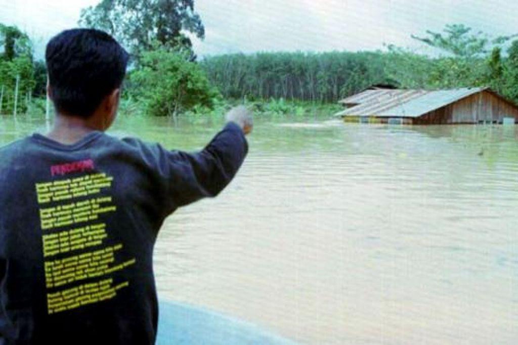 AIR NAIK: Paras air Sungai Tembeling di Kuala Tahan yang sudah menjangkaui paras berbahaya telah membenami kediaman penduduk. Jeti pelancong pula terpaksa ditutup menyebabkan ramai terkandas. - Foto The Star Online