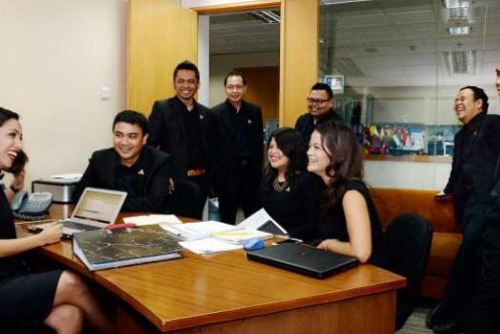 KERJA BERKUMPULAN: Cik Zafira Shareef (kiri), ketua bahagian pelesenan/pengaturcaraan media antarabangsa, mengetuai 11 pekerja dalam kumpulannya, termasuk Cik Lydia Razali (duduk kanan), ketua seksyen khidmat dan pemasaran bagi pelesenan/pengaturcaraan media antarabangsa bagi stesen televisyen Indonesia - Trans TV, Trans 7 dan Transvision - yang berpangkalan di Jakarta Selatan. - Foto ZAINAL YAHYA