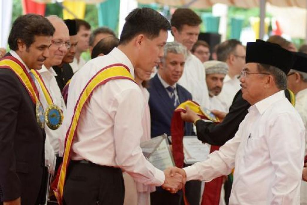 SALING MEMBANTU DALAM SUKA DUKA: Menteri Kedua Pertahanan, Encik Chan Chun Sing, berjabat tangan dengan Naib Presiden Indonesia, Encik Jusuf Kalla, di upacara memperingati ulang tahun ke-10 bencana Tsunami di Aceh. - Foto THE STRAITS TIMES