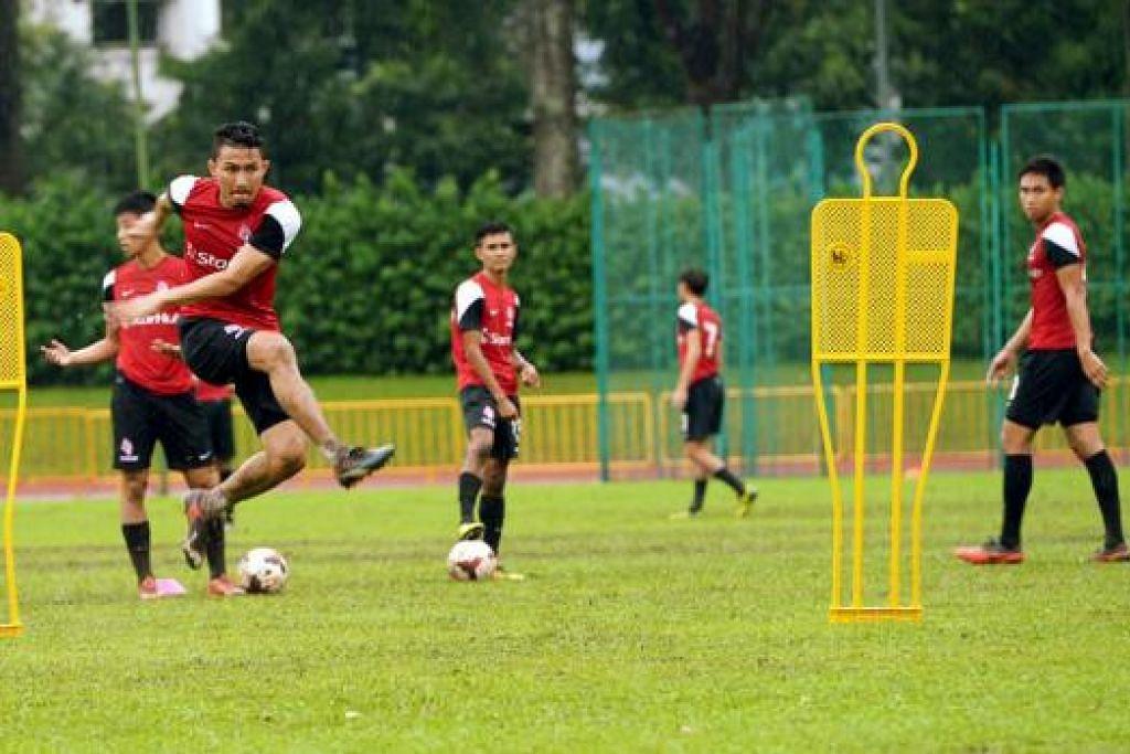 BUAT REMBATAN: Isa Halim (kiri) begitu bersemangat dan tidak sabar bagi menebus kekecewaan musim lalu apabila pertandingan Liga Super Malaysia 2015 bermula bulan depan. Foto TUKIMAN WARJI