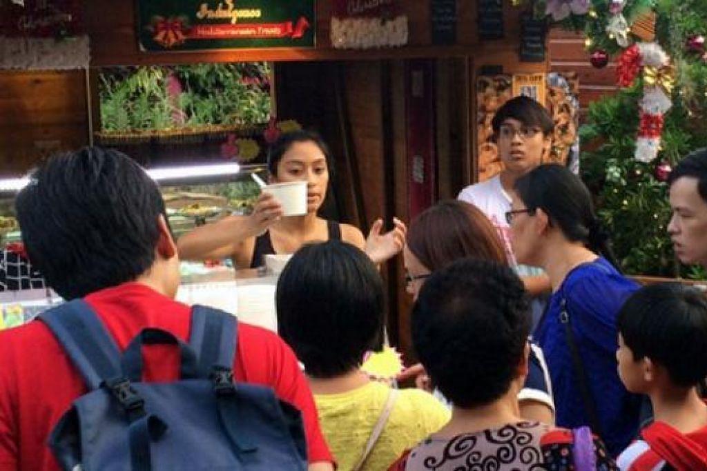 BATU LONCATAN: Gerai Hana Indulgence milik Cik Rohana menerima sambutan positif daripada pengunjung bazar Krismas. - Foto ihsan SUHAIMI RAHMAN