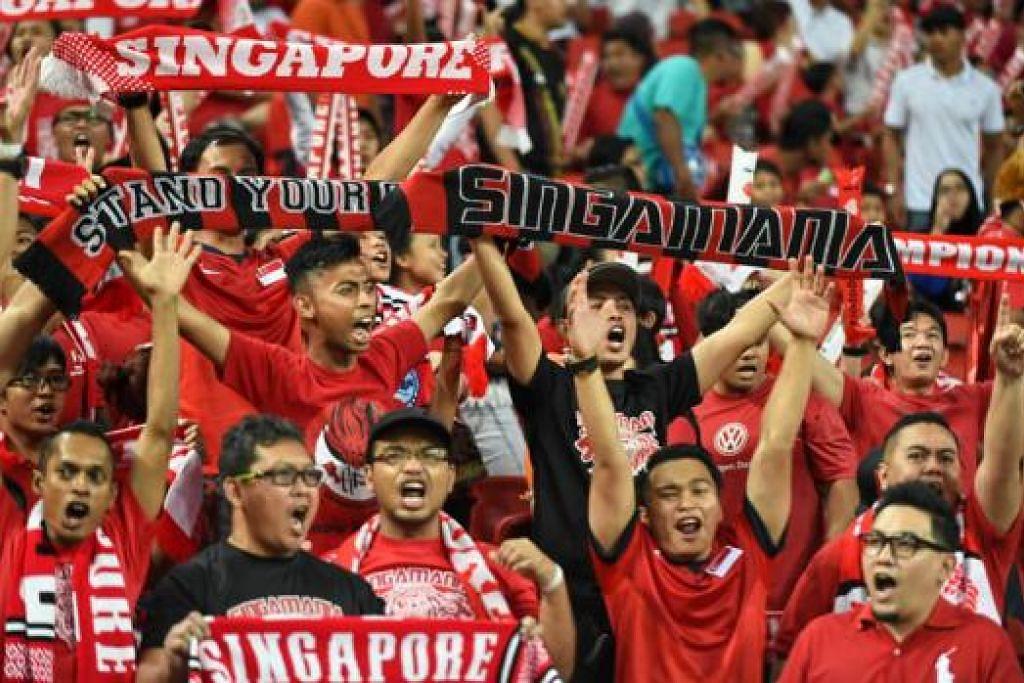 PERLU SORAK KUAT LAGI: Walaupun hampir 50,000 penyokong Singapura hadir dalam perlawanan antara Singapura dengan Malaysia pada 29 November lalu, sorakan mereka dikatakan kurang bertenaga berbanding sorakan pasukan lawan. - Foto-foto fail