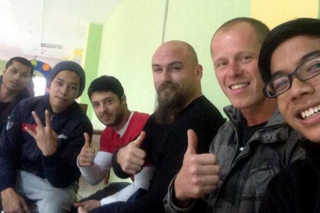 RAKAN BARU: Meskipun mereka bersaing, Noor Ashraf Jalal (kanan) berpeluang bertukar-tukar nasihat sesama peserta lain dari pelbagai negara dalam pertandingan di Kazakhstan itu. - Foto ihsan NOOR ASHRAF JALAL