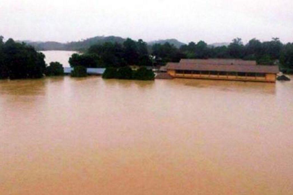 DILANDA BANJIR: Pusat pemindahan banjir di Sekolah Menengah Kebangsaan (SMK) Manek Urai tidak terlepas daripada bencana banjir yang melanda Malaysia. - Foto BHM