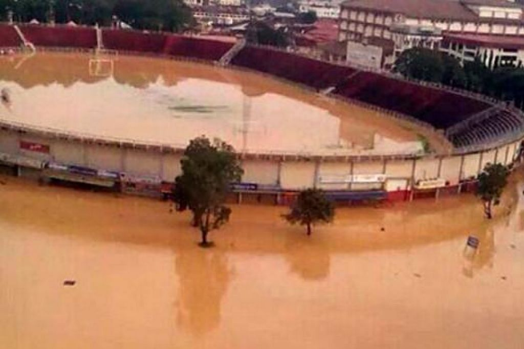 STADIUM DIPENUHI AIR: Stadium Sultan Muhammad Ke IV, di Kota Bharu turut terjejas selepas air dari Sungai Kelantan semakin laju melimpah masuk ke bandar. - Foto TWITTER