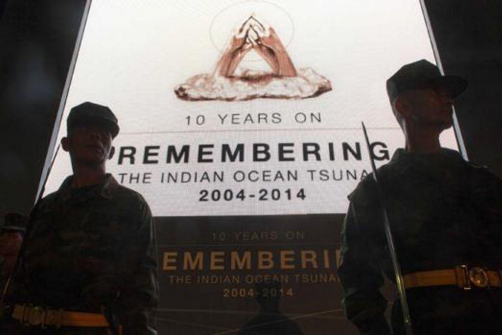 MASIH HIBA: Tentera Thailand berkawal berhampiran sepanduk besar menjelang ulang tahun memperingati tsunami 2004 yang melanda kawasan Khao Lak, Phang Nga. - Foto REUTERS