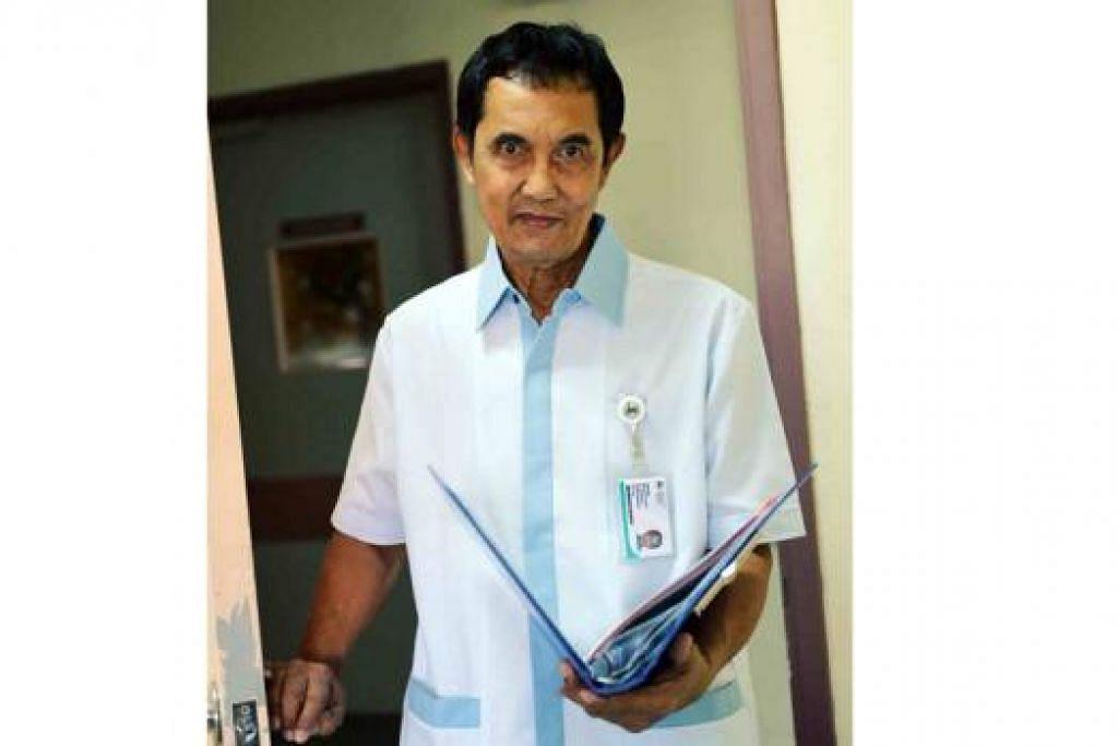 KEKAL AKTIF SUPAYA TIDAK BOSAN: Encik Mohamed Ismail Mohd Isa menganggap tugasnya sebagai seorang atendan kesihatan di Institut Kesihatan Mental (IMH) mencabar dan memuaskan. - Foto MOHD KHALID BABA