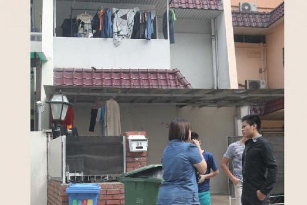 TERLALU RAMAI PENGHUNI: Teres di Geylang ini timbulkan kebimbangan jiran. - Foto WANBAO