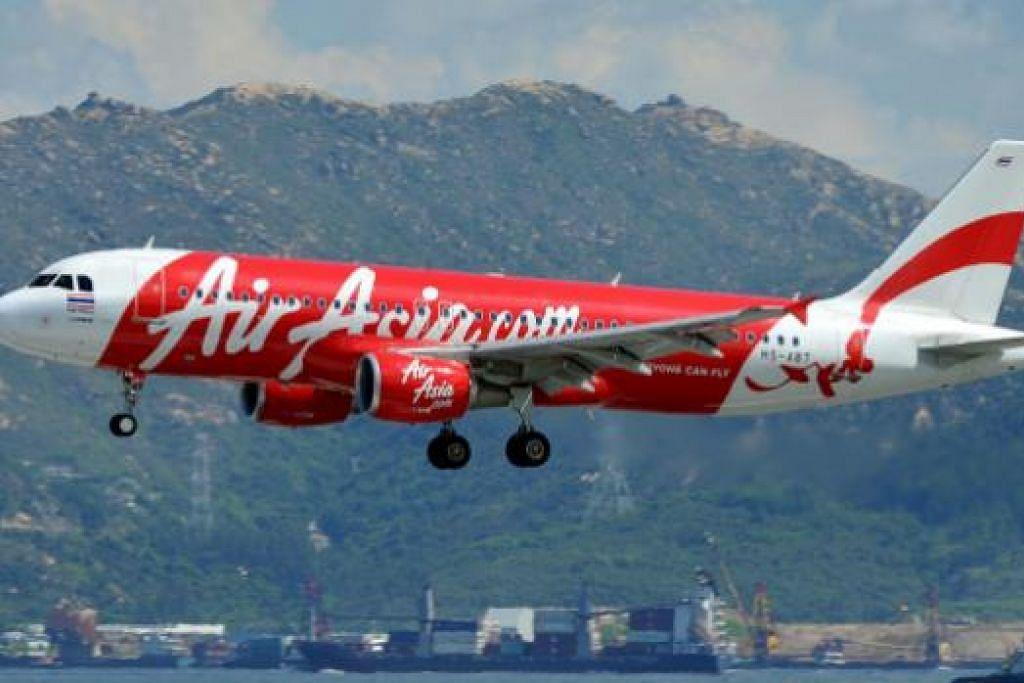 Gambar yang dirakam pada 16 Ogo 2011 ini menunjukkan pesawat Airbus AirAsia dalam proses mendarat di Lapangan Terbang Antarabangsa Hongkong. Menurut AirAsia, usaha mencari pesawat QZ8501, sebuah Airbus A320-200, yang hilang dalam perjalanan ke Singapura dari Indonesia sedang dijalankan.