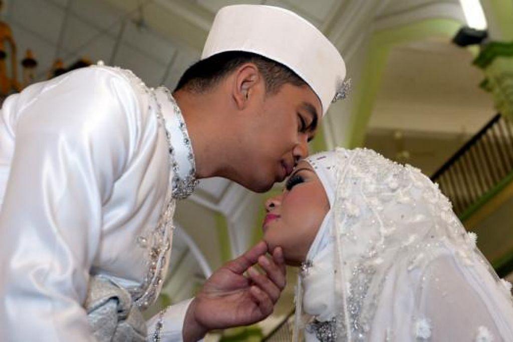 SAAT BAHAGIA: Didicazli dan isteri, Nur Eliyana Norzlan, selepas majlis ijab kabul mereka pada 22 Februari.