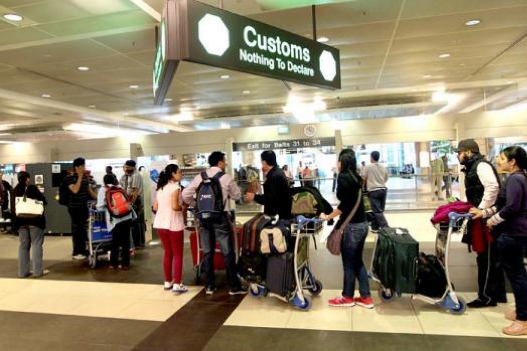 TIDAK LEPAS PELUANG: Setiap hujung tahun sempena cuti sekolah, ramai warga Singapura melancong ke luar negara bagi merehatkan minda dan menikmati pemandangan serta makanan negara yang dikunjungi. - Foto fail THE STRAITS TIMES