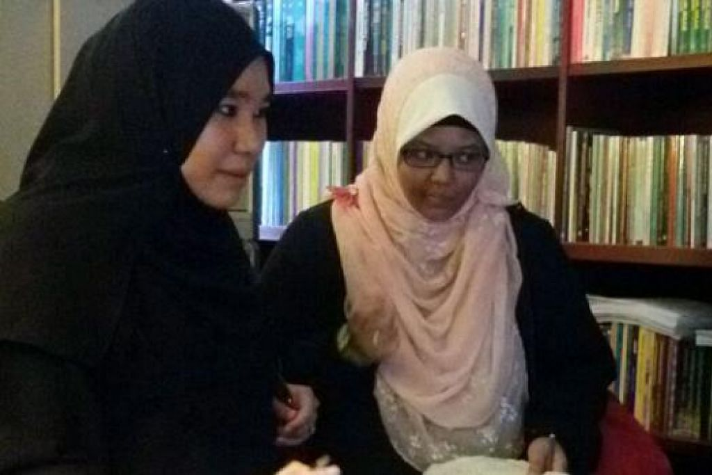 GERAN PENDIDIKAN: Cik Adawiyah (kiri), kelihatan bersama seorang rakannya di Universiti Kebangsaan Malaysia (UKM), memanfaatkan geran pendidikan Muis bagi pengajian tinggi dalam bidang Usuluddin dan Falsafah. - Foto ihsan ADAWIYAH AHMAD DIN