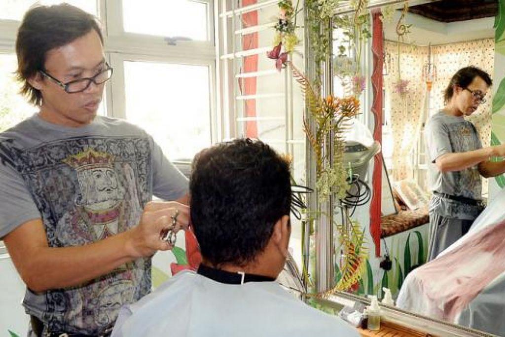 BELASAN TAHUN BEKERJA DI SALUN RAMBUT: Encik Raf'adi menggunting rambut mengikut cita rasa dan stail kesukaan pelanggan.