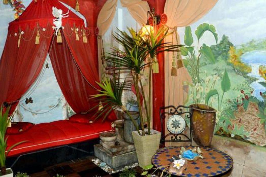 UNIK DAN MENAWAN: Enciik Raf'adi mereka hias sendiri segenap pelosok flat tiga biliknya di Ang Mo Kio Avenue 5. - Foto-foto JOHARI RAHMAT