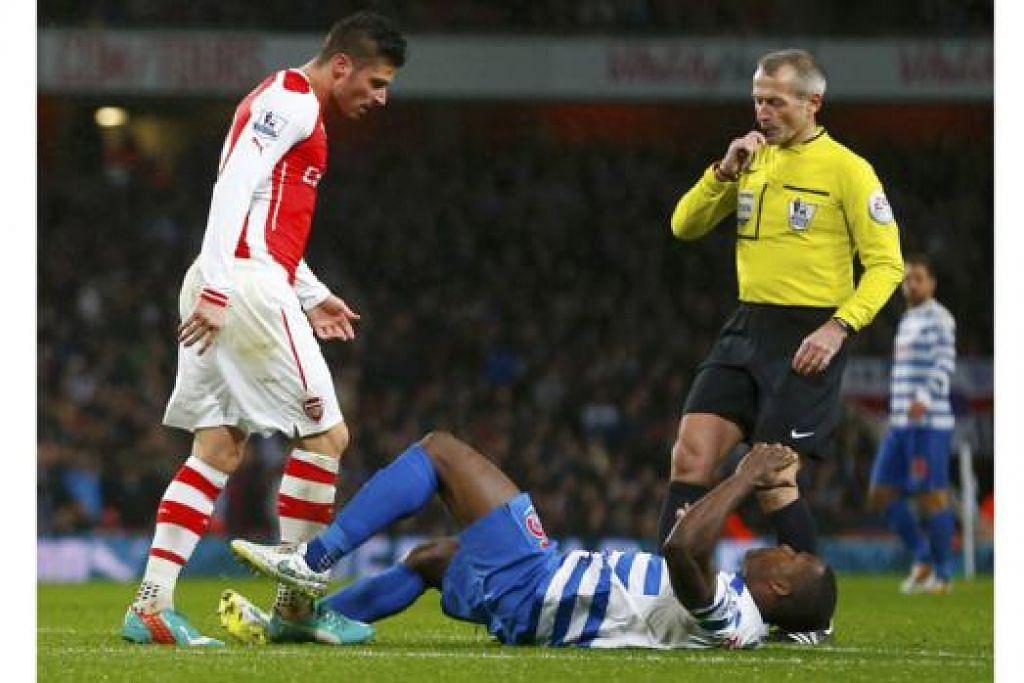 PERBUATAN SIA-SIA: Olivier Giroud menyondol kepala Nedum Onuoha, menyebabkannya terjatuh (atats). Aksi itu mendorong pengadil memberi kad merah kepada penyerang Arsenal itu (gambar utama). – Foto-foto REUTERS