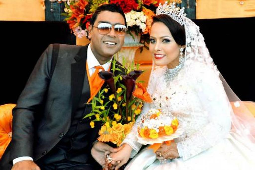 GAH DAN MERIAH: Syah Ibrahim dan pasangannya, Cik Ana Wahyuni Muhammad Rousdy, di majlis persandingan mereka yang diadakan secara besar-besaran di Padang pada 23 November.
