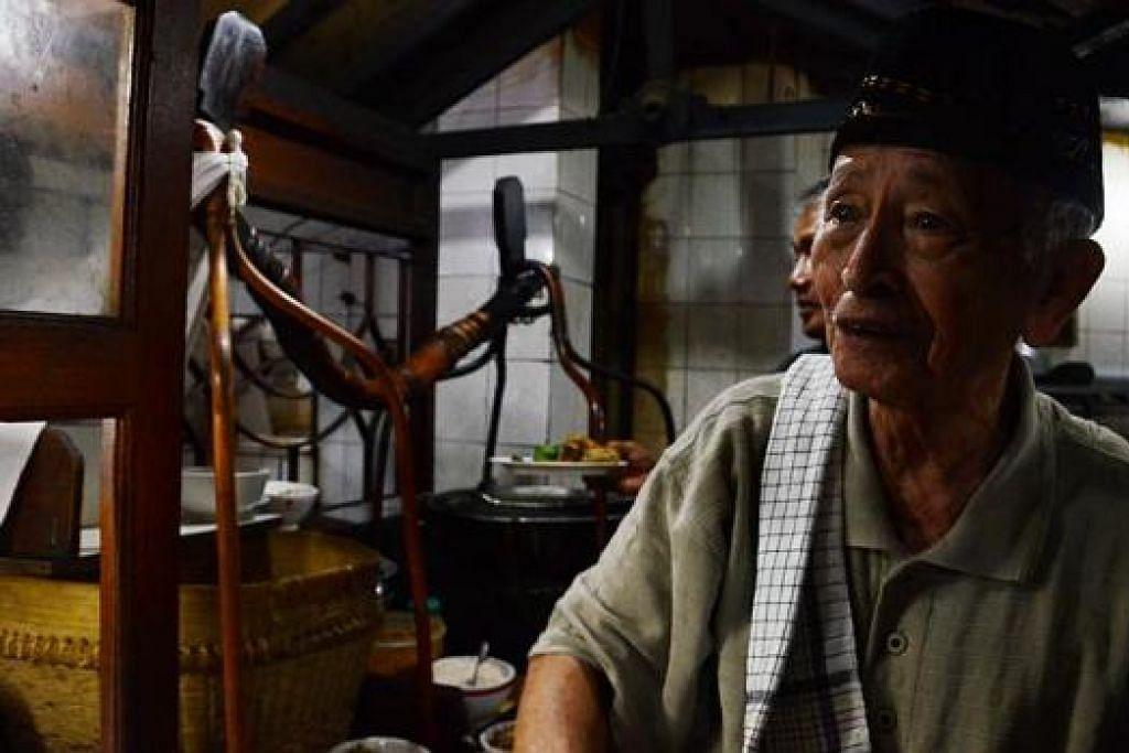 PENGUSAHA SOTO BANGKONG: Encik Soleh Sukarno mula menjual soto bangkong dengan berjalan kaki ke serata Semarang seawal jajahan Belanda di Indonesia. Beliau kini mempunyai 20 restoran soto bangkong yang diusahakan bersama keluarga. Kelihatan kayu pengandar yang digunakan sewaktu muda dipasang di dapur restoran. – Foto-foto MOHD SAMAD AFANDIE
