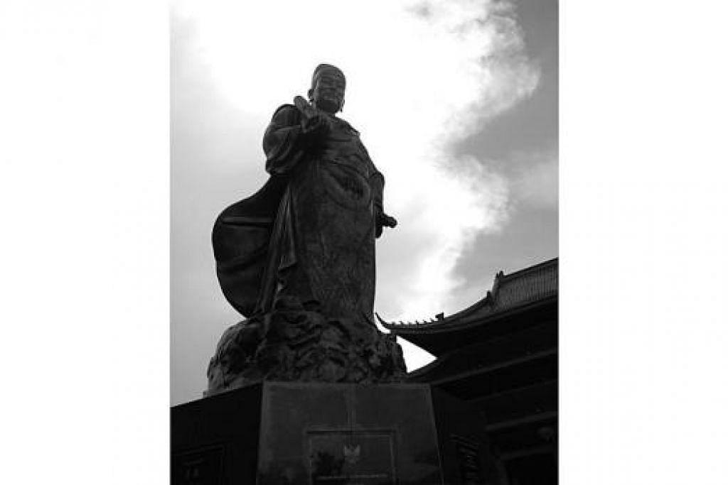 PATUNG LAKSAMANA ZHENG HE: Duta perdamaian dinasti Ming itu dikatakan telah belayar, diiringi 26 kapal mega dari Suzhou, China. Mereka mengunjungi pelabuhan Champa, Sumatera, Palembang dan tanah Jawa pada 1405. Patung itu dibina di kuil Sam Poo Kong demi memperingati kedatangan Zheng He, yang juga orang Muslim berbangsa Cina. – Foto-foto MOHD SAMAD AFANDIE