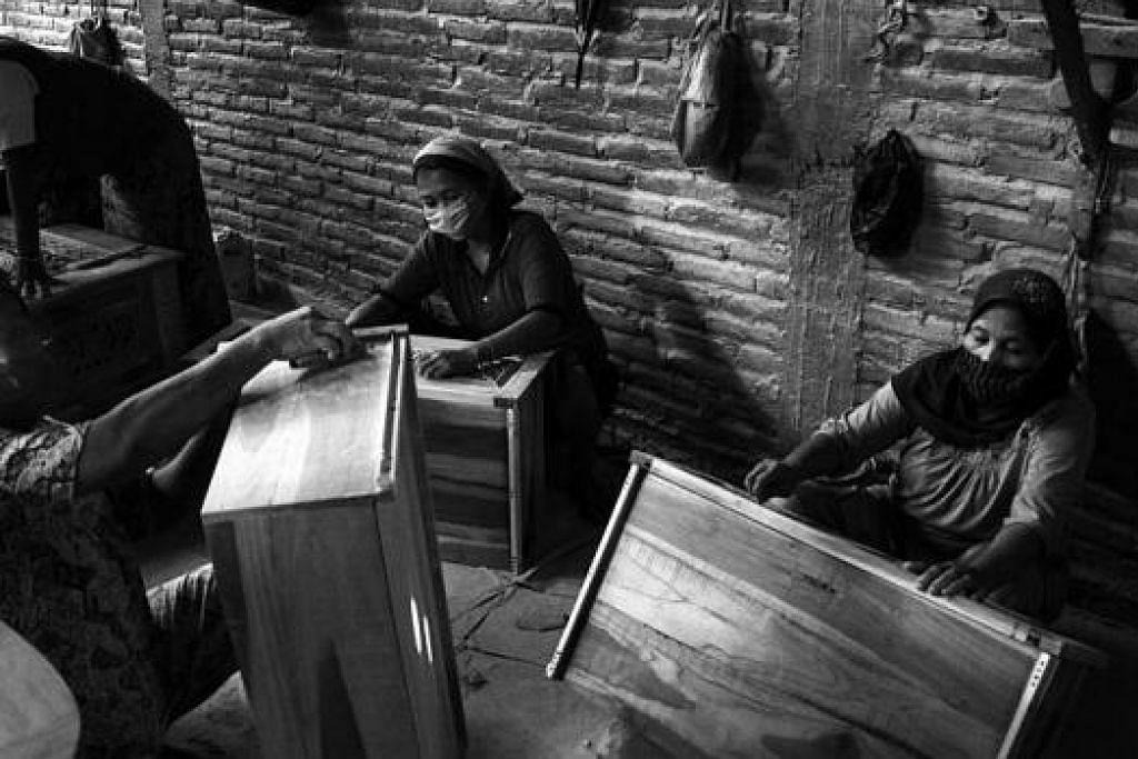 PERUSAHAN JATI: Kelihatan pekerja wanita sedang menggosok perabot jati dalam kilang jati di Jalan Shima, Jepara. Perabot jati itu boleh dipesan dan dihantar pulang ke Singapura. – Foto-foto MOHD SAMAD AFANDIE