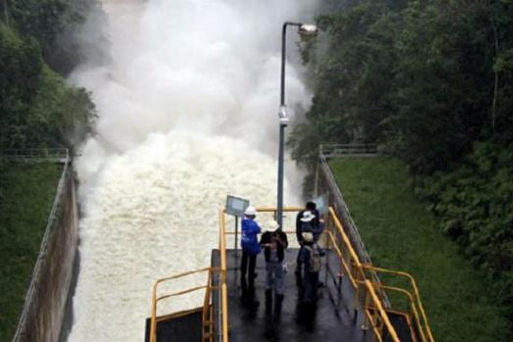 SIAP SEDIA: Pihak berkuasa terpaksa melepaskan air dari empangan Bang Lang yang sudah mencecah 114.81 meter sedangkan jumlah yang boleh ditakungnya ialah 115 meter. - Foto BANGKOK POST